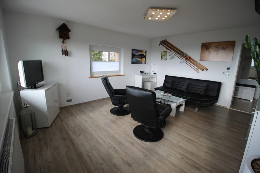 Das Wohnzimmer. Designer Couch Und Beheizbare Massagesessel, Philipps  Ambilight TV